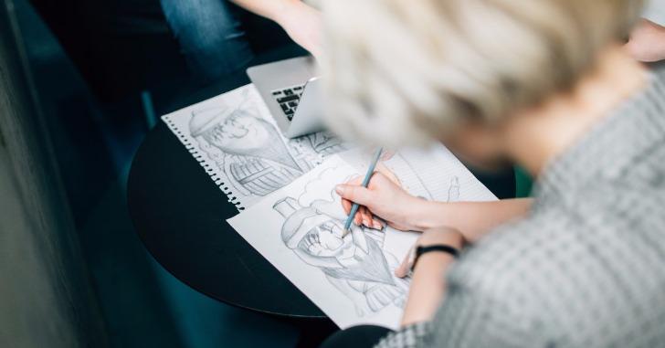 イラストを描いている女性