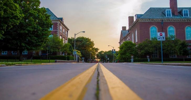 大学キャンパスへの道路