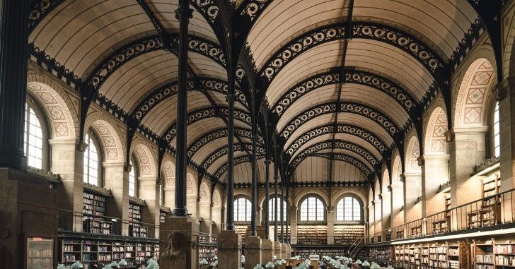 大きな図書館の天井