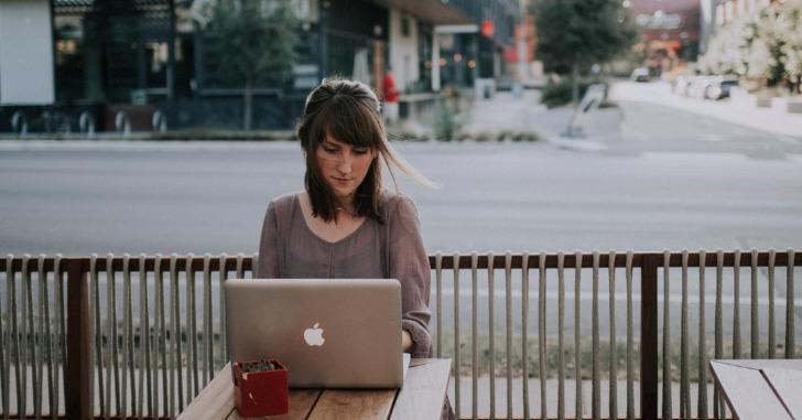 カフェでノートパソコンを操作している女性
