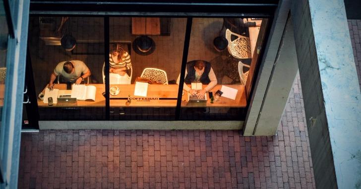 上から見たカフェの窓際