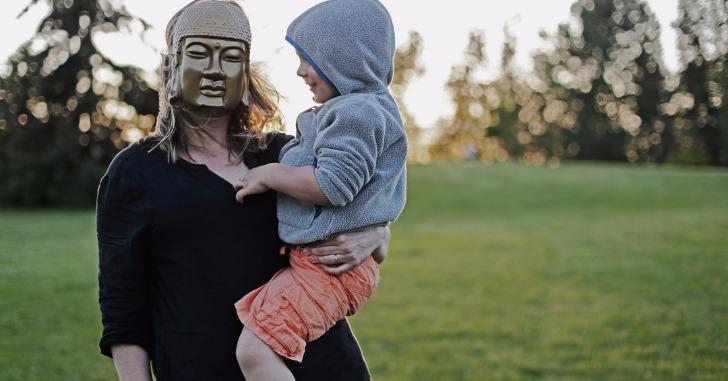赤ん坊を抱く仮面の女性