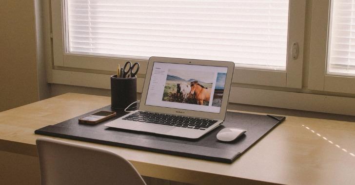 窓際の机の上に置かれたノートパソコン