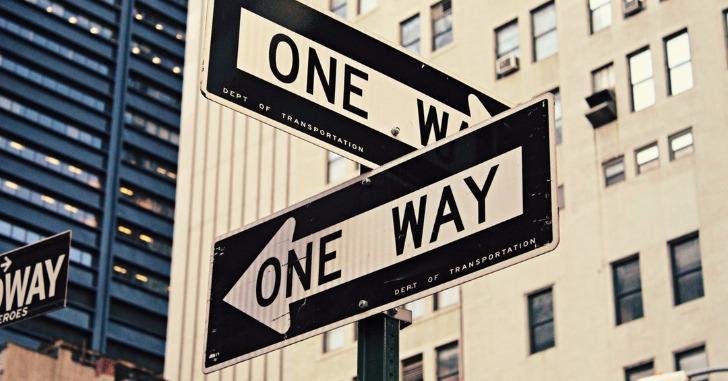 「ONE WAY」の道路標識2つ