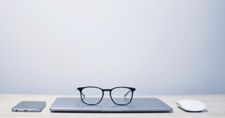 ノートパソコンとメガネとスマホとマウス
