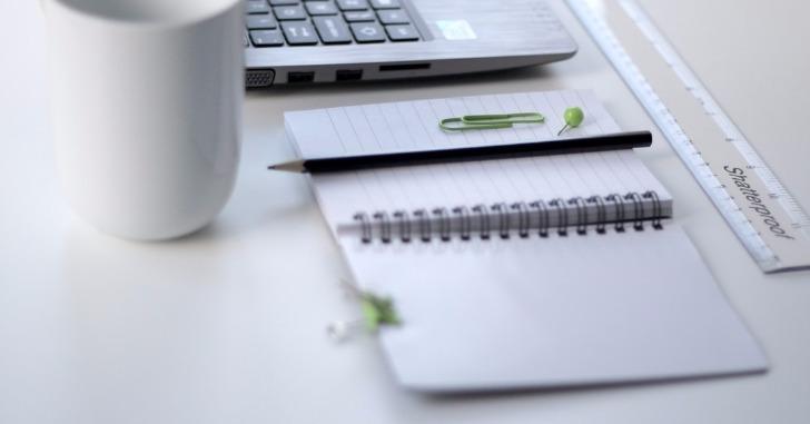 メモ帳と鉛筆とコーヒーとノートパソコンと定規