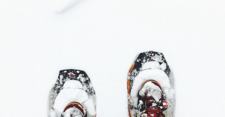雪の上のスニーカー