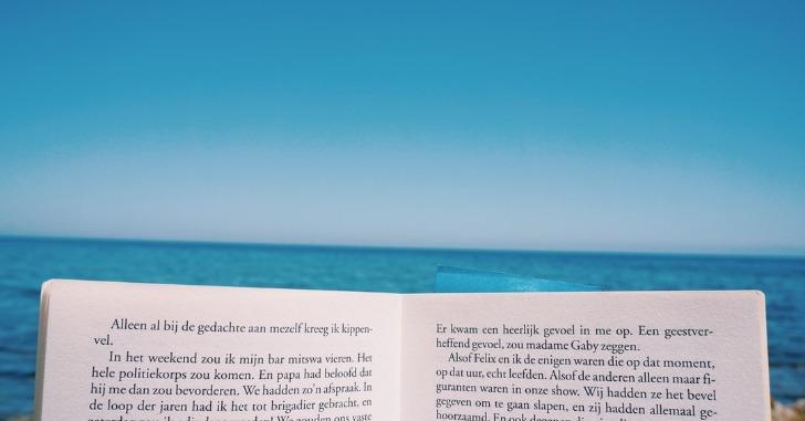 海を背景に開かれた本